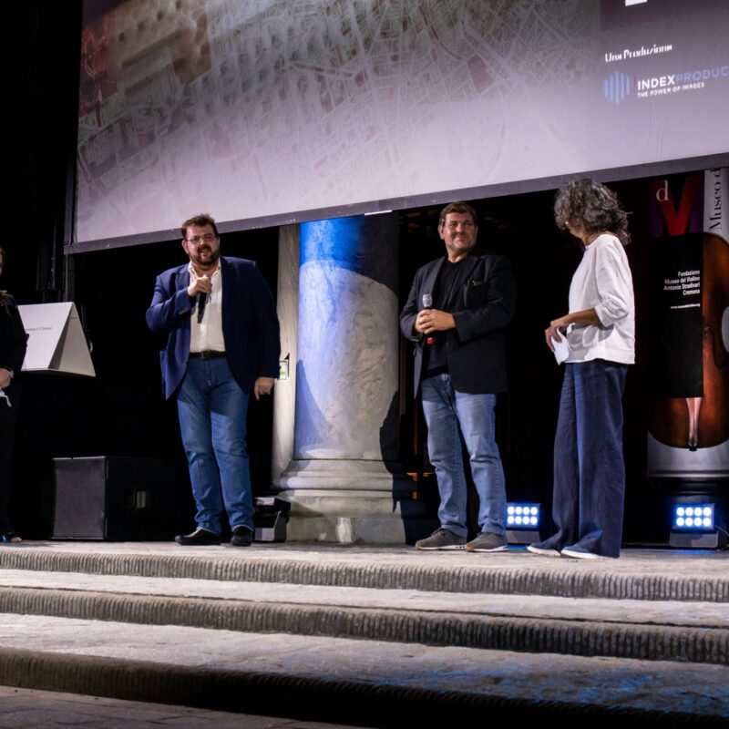 """Natascia Turato (autrice), Luigi Crespi (autore), Ambrogio Crespi (regista) e Stefania Mattioli (responsabile della comunicazione Ospedale Maggiore di Cremona) durante la presentazione del docufilm """"A Viso Aperto""""."""