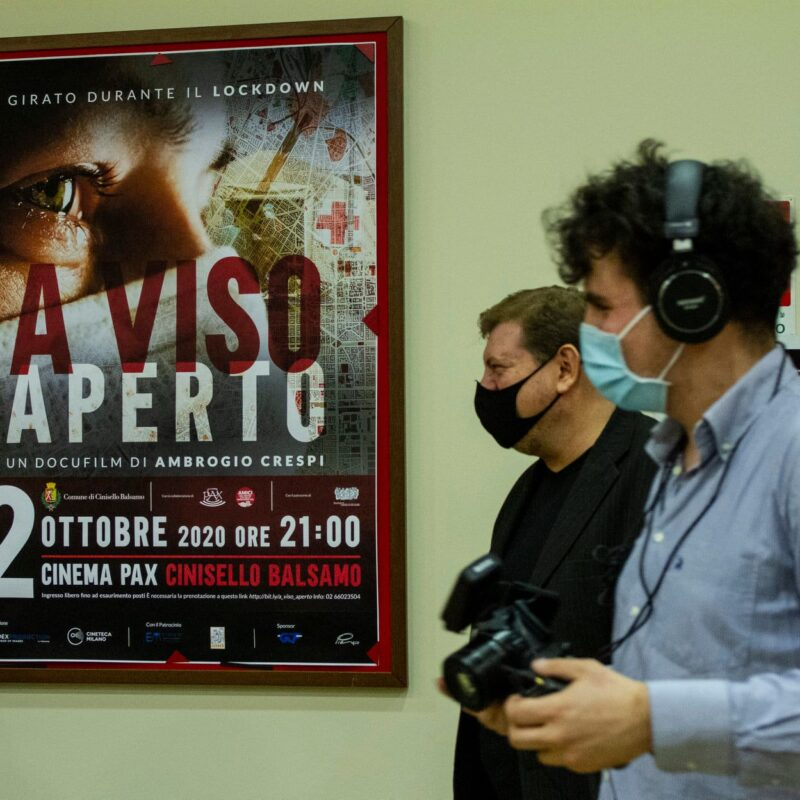 """Ambrogio Crespi (regista) e Niccolò Crespi (aiuto regia) durante la presentazione del docufilm """"A Viso Aperto"""""""