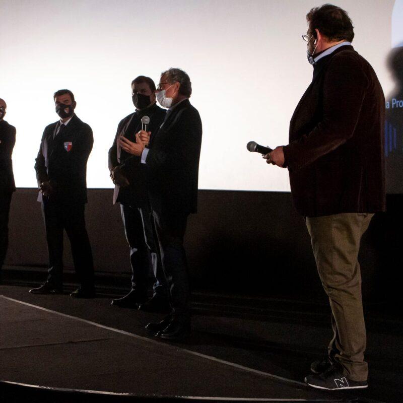 """Alcuni membri dell'associazione Assocentauri Calcio ASD e Luigi Crespi (autore) durante la presentazione del docufilm """"A Viso Aperto"""""""