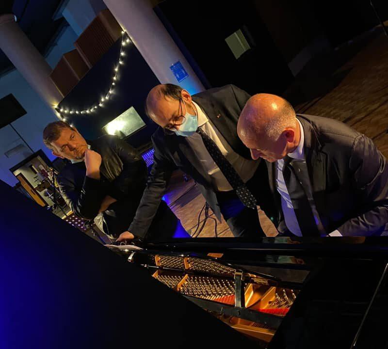 """Registrazione delle musiche di """"A Viso Aperto"""" presso il Forum Music Village con il musicista Francesco Paolo Sisto assieme al maestro Michele Nitti."""